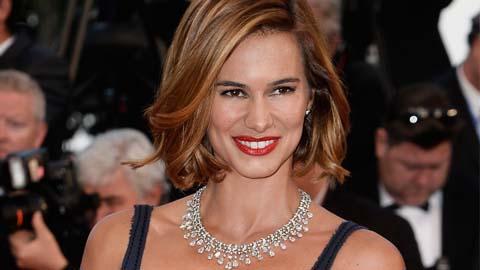 Cláudia Vieira estreia cabelo curto em Cannes