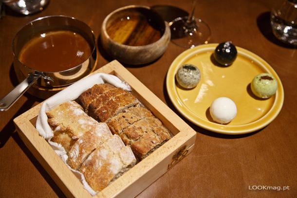 Pão branco rústico, pão de trigo integral com cerveja preta e sementes. Manteiga de alho e  salsa, de choco fumado, de leite de ovelha e de algas. Molho do bife
