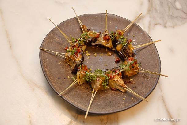 Nasu Dengaku (beringela grelhada com molho dengaku, bacon crocante e rebentos de mizuna)