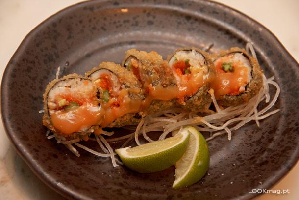 Atsui (rolo quente de salmão e peixe branco com abacate, espargo e masago)