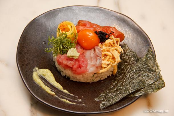 Chirashi (sushi solto de três peixes, gema curada, manga, tobikko e omelete japonesa)