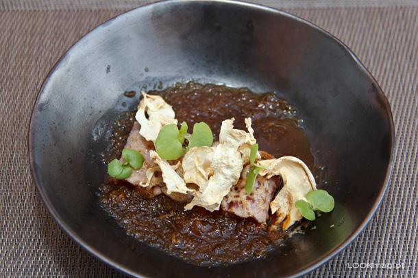 Tataki de vazia com chips de raiz de aipo e base de legumes