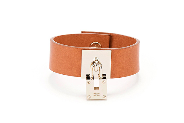 A nova linha de essenciais de Elisabetta Franchi apresenta malas, pulseiras e brincos com um toque romântico. O motivo é o cadeado.