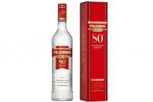 "Em português significa ""A Vodka da Capital"". A vodka Stolichnaya nasceu na Rússia em 1938. Celebra 80 anos."
