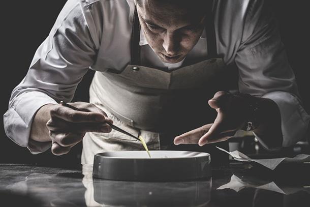 Rui Silvestre, o mais jovem chef nacional a ganhar uma estrela Michelin, apresenta-se no Quorum, restaurante localizado na rua do Alecrim.