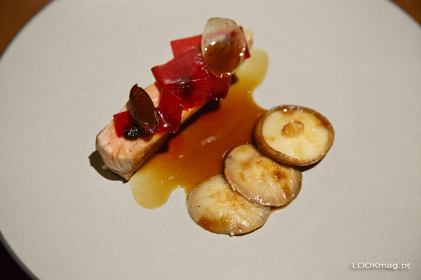 Cachaço de porco preto com molho de mão de vaca, lima e cogumelos