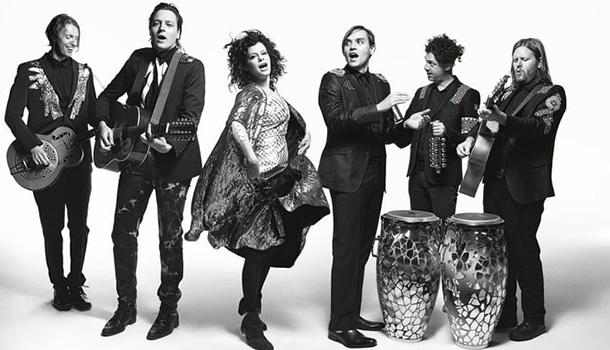 """Os canadianos Arcade Fire apresentam em primeira mão num espetáculo 360.º no Campo Pequeno, o quinto disco de originais """"Everything Now""""."""