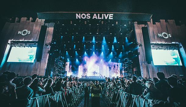 Está de regresso o NOS Alive numa edição que promete ser histórica. No Passeio Marítimo de Algés vão acontecer três dias de muita música e animação.