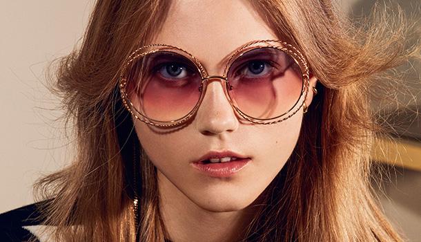 Os icónicos óculos de sol Carlina são reinterpretados com um toque criativo e renovado, que acrescenta uma originalidade instantânea a este estilo atraente na sua essência.