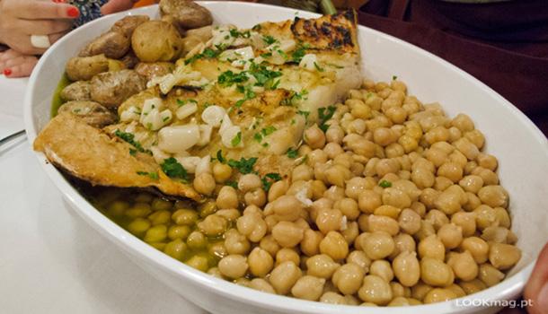 Pertença do grupo que integra o restaurante Doca Peixe e o restaurante Largo, o DOC COD abriu as portas no mês de Setembro de 2016, na Doca de Santo Amaro, em Alcântara.