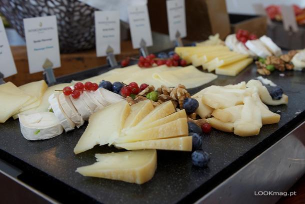 Sobre a mesa um mundo de sabores e aromas apela aos cinco sentidos. Dificil é mesmo escolher devido à grande variadade de opções.