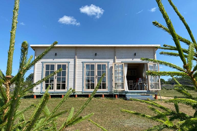 Decoração da fachada de casas de madeira oferece uma oportunidade de criar um estilo moderno, onde a madeira é símbolo de luxo.