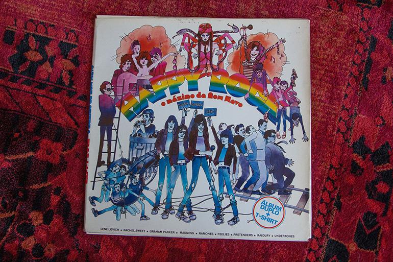 Capa de vinil sobre tapete vermelho - (VÁRIOS) - HAPPY ROCK - O MÁXIMO DA NEW WAVE (1981)